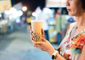 boba tea held by a taiwanese woman